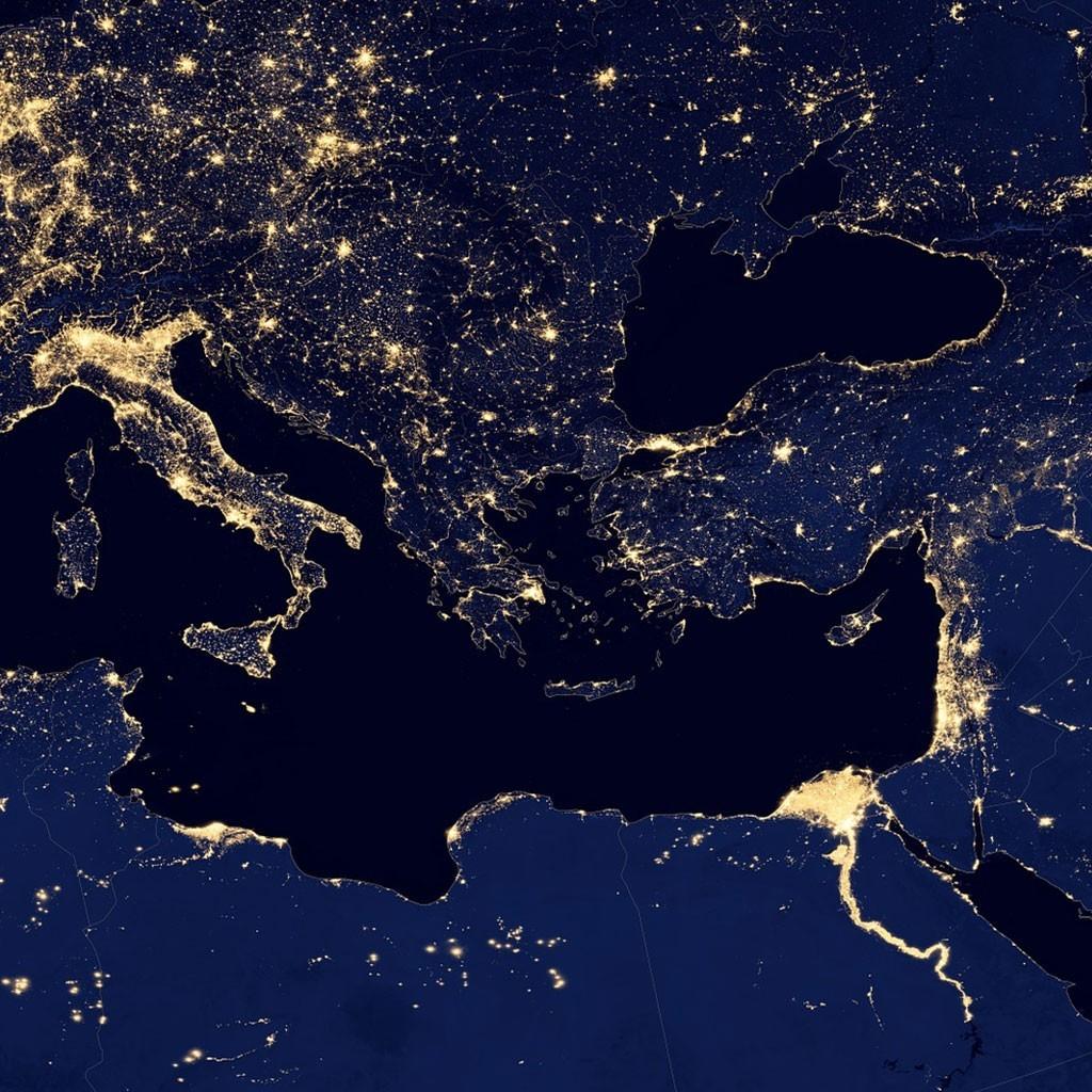"""מבט לוויני אל חופי הים התיכון בלילה, עבור עיצוב לקק""""ל בינלאומי."""